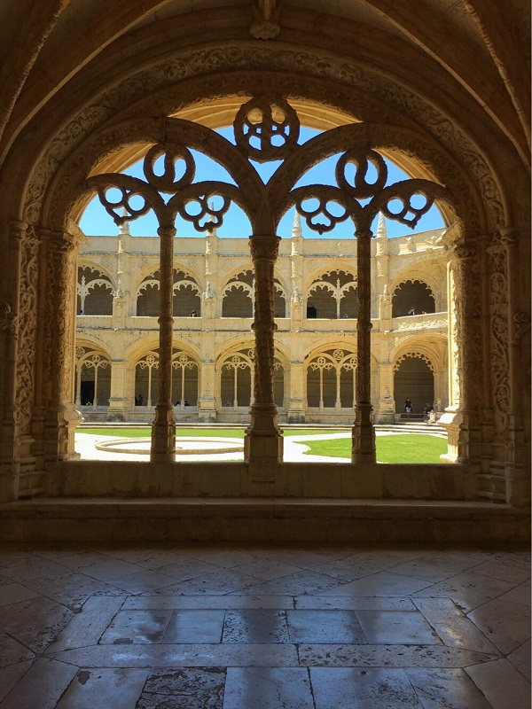 Lizbona - ażurowe okno krużganków w Klasztorze Hieronimitów